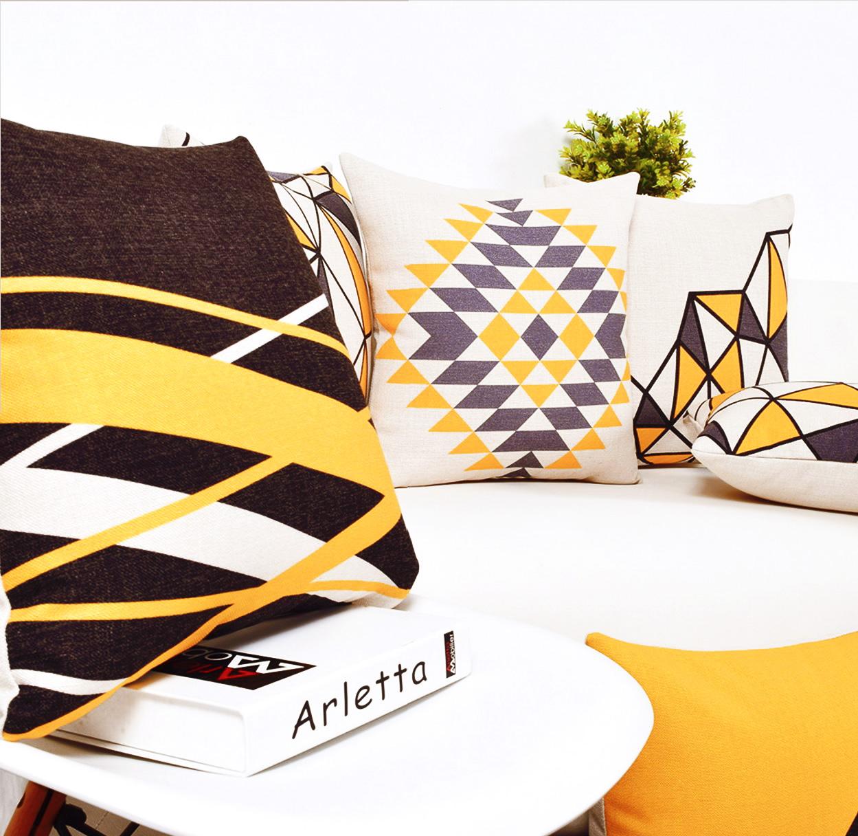 """<img src=""""poduszki dekoracyjne ozdobne.jpg"""" alt=""""poduszki dekoracyjne wzory geometryczne""""/>"""