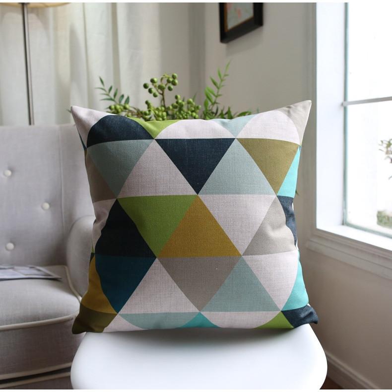 """<img src=""""poduszki dekoracyjne.jpg"""" alt=""""poduszka dekoracyjna trójkąty wzór geometryczny""""/>"""