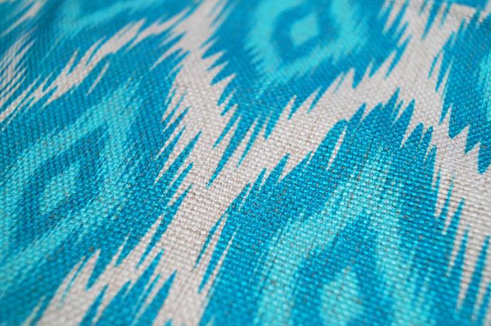 """<img src=""""poduszki dekoracyjne.jpg"""" alt=""""poduszki dekoracyjne turkusowe wzór geometryczny""""/>"""