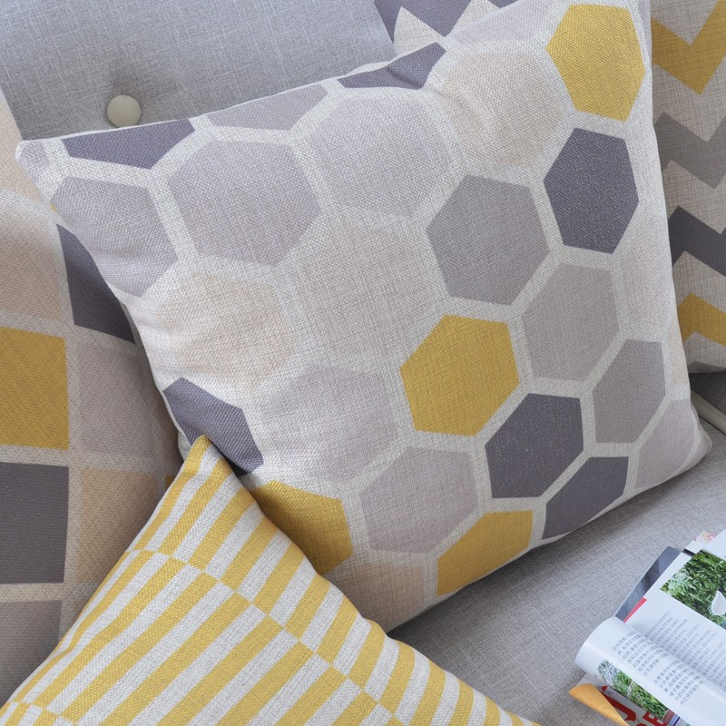 """<img src=""""poduszki dekoracyjne.jpg"""" alt=""""poduszki dekoracyjne szarożółte""""/>"""