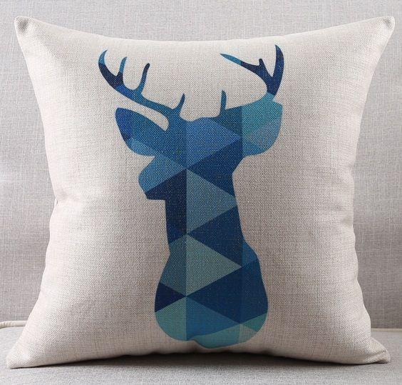 """<img src=""""poduszki-dekoracyjne-poduszka-jeleń-niebieskie.jpg"""" alt=""""poduszka dekoracyjna jeleń niebieski""""/>"""